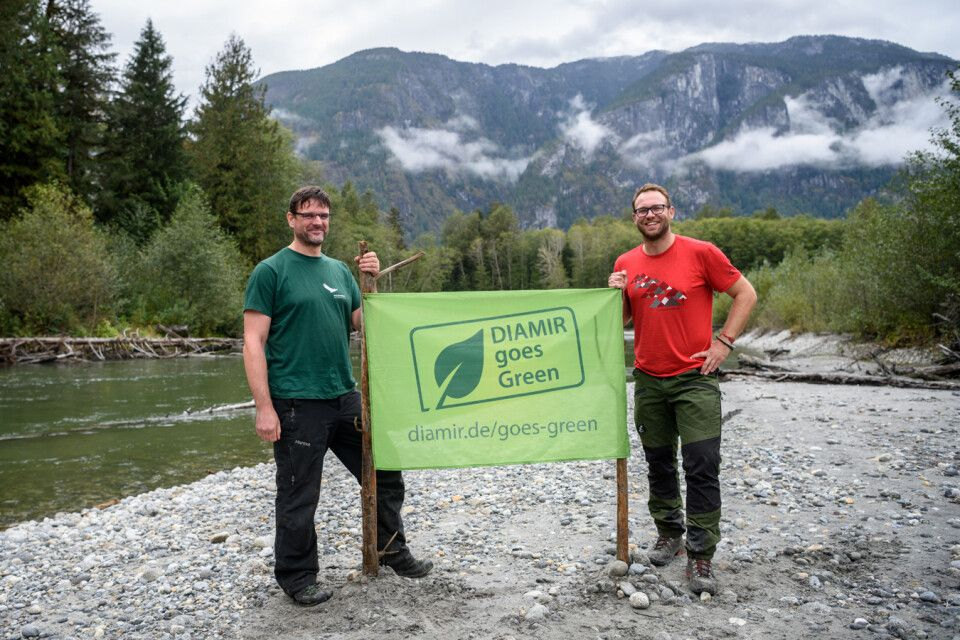 Kai Andersch von Wilderness International (l.) und Johann-Georg Cyffka im DIAMIR-Wald in Kanada