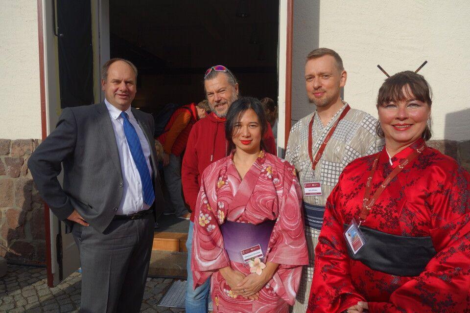 Dresdens Oberbürgermeister Dirk Hilbert (l.) eröffnete die 16. Globetrottertage im GebäudeEnsemble Deutsche Werkstätten Hellerau. Passend zu den Kleidungstraditionen der diesjährigen Partnerländer Japan und Südkorea hüllten sich unsere Mitarbeiter in stilechte Kimonos.