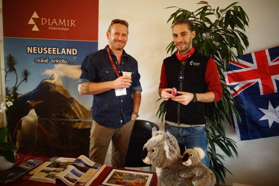 Zwei plüschige Koalas lockten Besucher an unseren Informationsstand über Neuseeland.