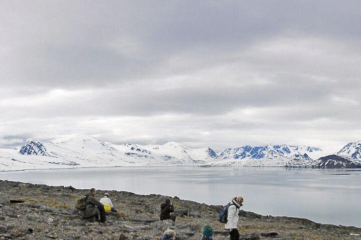 Fantastischer Blick auf den Fjord, die Berge und die Plancius, Alicehamna