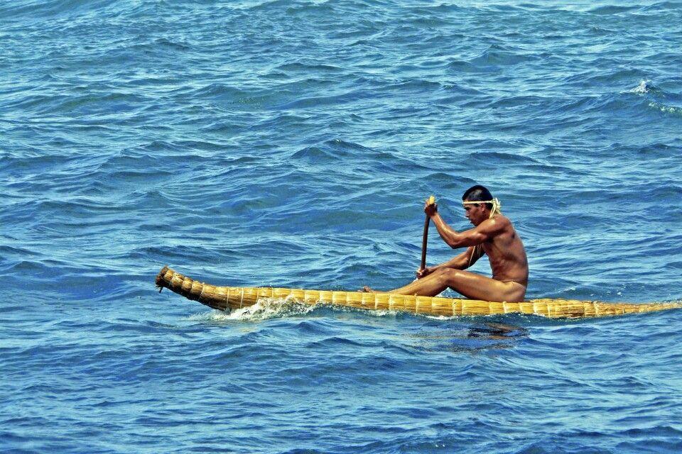 Rapa Nui auf traditionellem Pora-Floß - Osterinsel