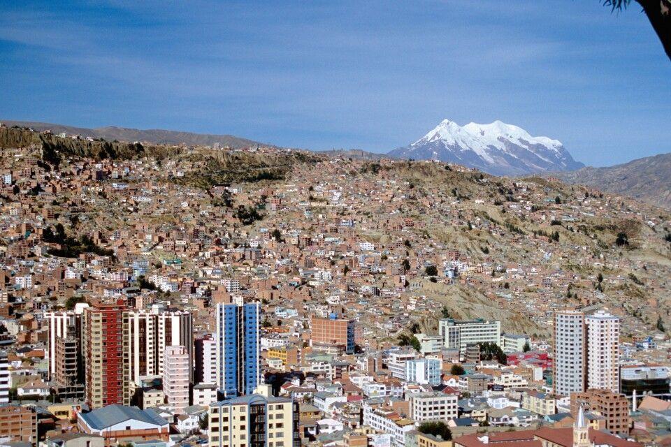 Blick auf La Paz mit Hausberg Illimani
