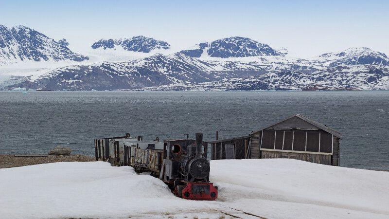 Kleiner historischer Minenzug in Ny Alesund © Diamir