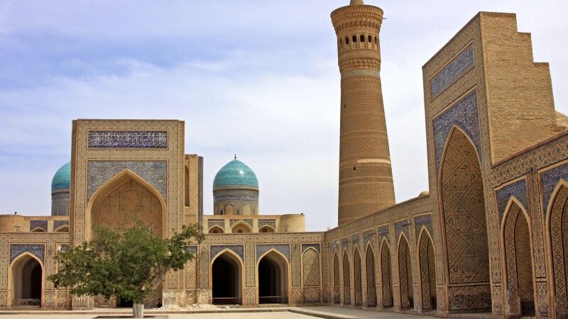 Buchara Kalan Komplex mit Minarett und Moschee © Diamir