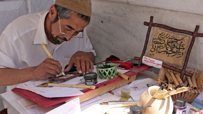 Samarkand Handwerk Kalligraph © Diamir