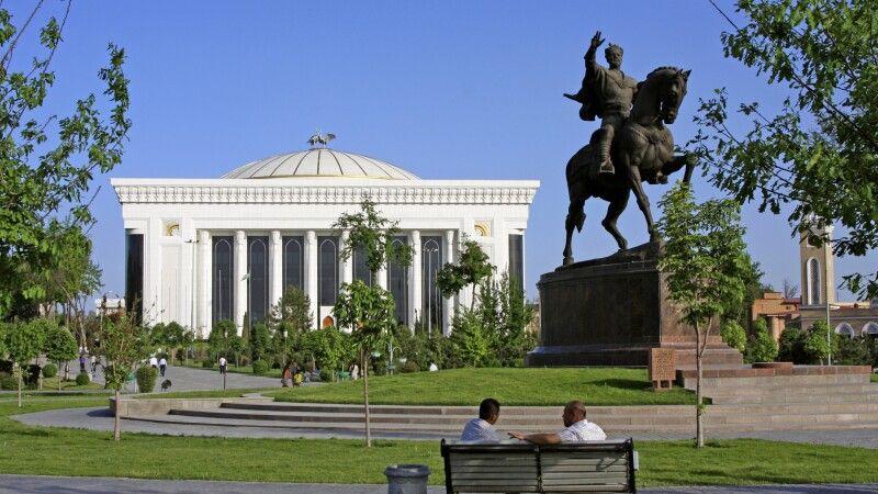 Taschkent Amur Timur Denkmal mit Kongresspalast © Diamir