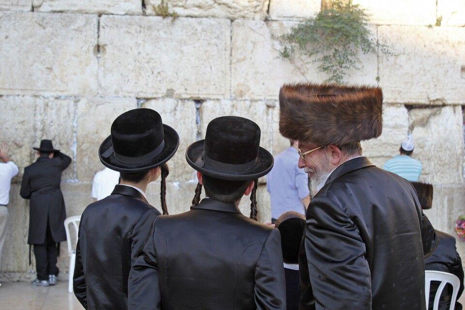 Orthodoxe Juden an der Klagemauer in Jerusalem