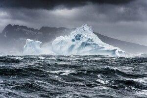 Eisberg in stürmischer See