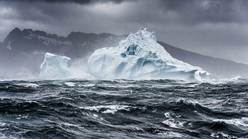 Eisberg in stürmischer See © Diamir