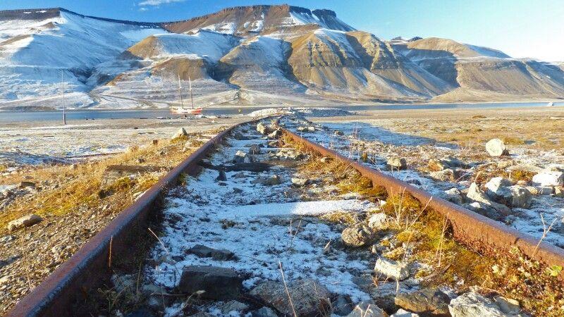 Die Gleise einer alten Kohlegruben-Bahn © Diamir