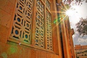 Fenster der Kirche aller Nationen im Garten Gethsemane in Jerusalem