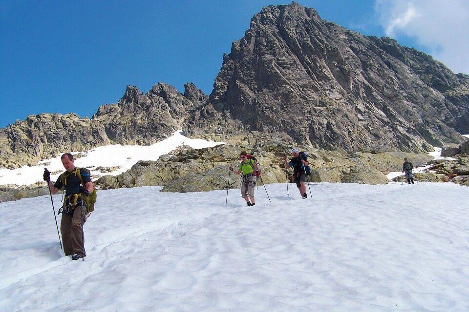 Wanderung über ein altes Schneefeld