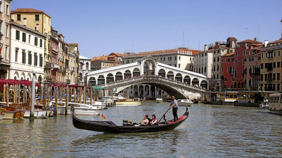 Rialtobrücke und eine der typischen Gondeln