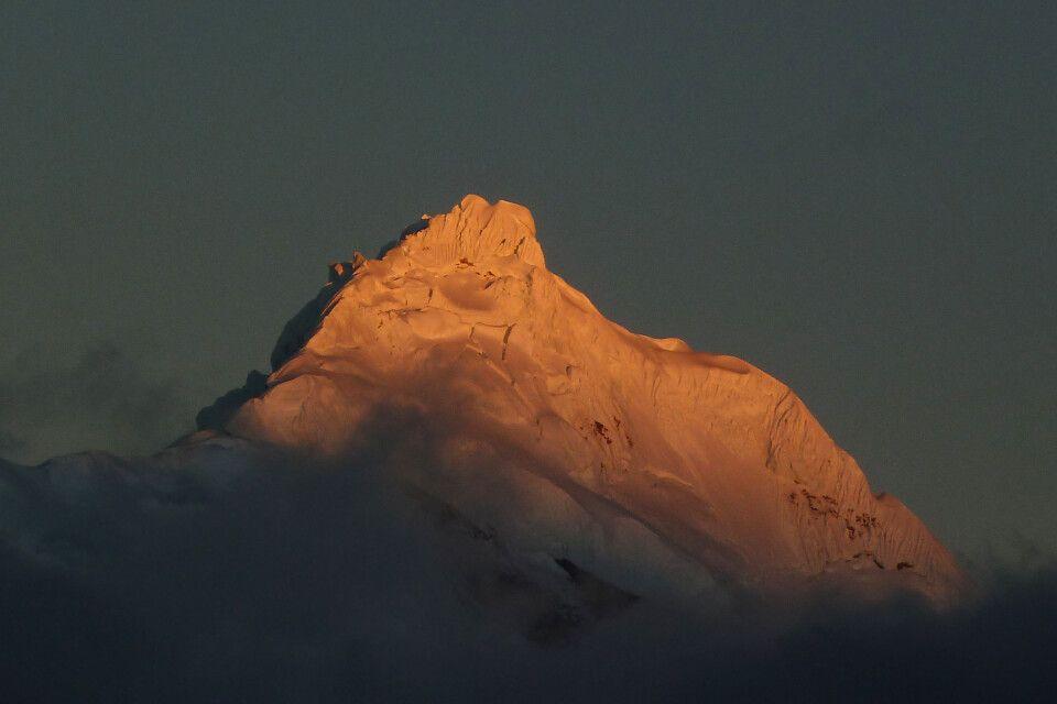"""""""Alpenglühen"""" am Chopicalqui in der Cordillera Blanca."""