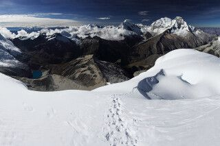 Ein einzigartiges Panorama eröffnet sich von den Flanken des Nevado Pisco auf die umliegenden Berge.