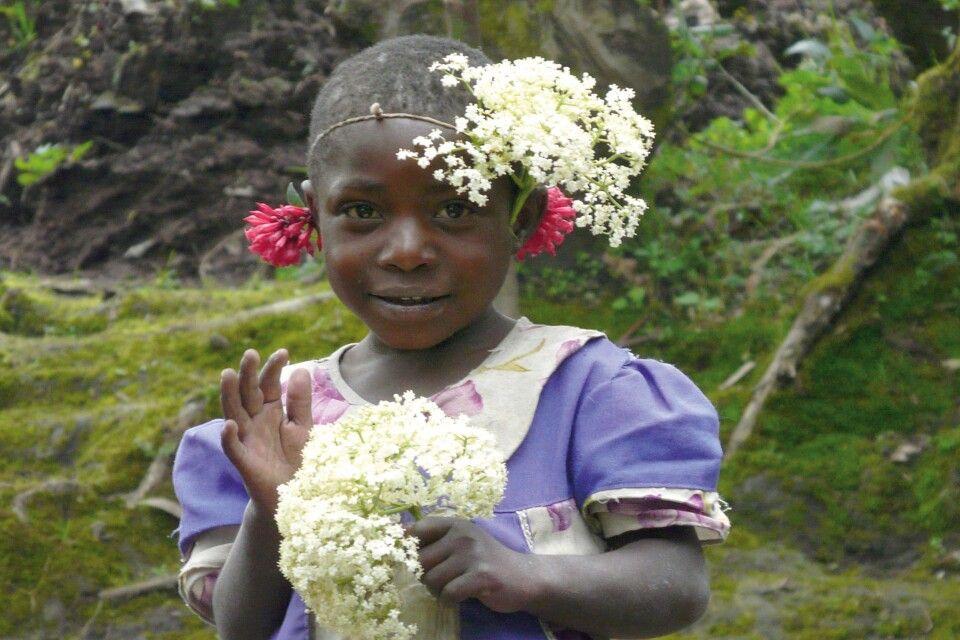 Kleines Blumenmädchen in Ruanda