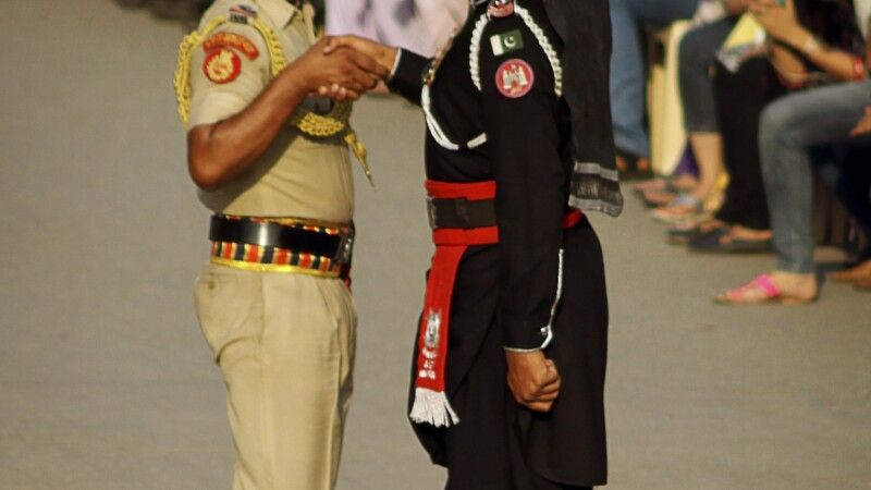 Welch ein Spektakel zur Grenzschließungszeremonie zwischen Pakistan und Indien. © Diamir