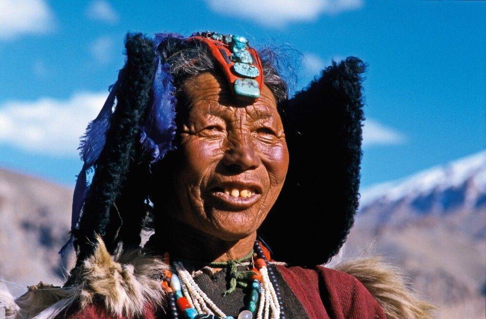 Ladakhi mit traditionellem Kopfschmuck