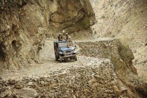 Mit dem Jeep geht es einigermaßen abenteuerlich hinauf ins Dorf Tato.