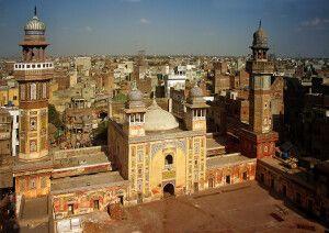 Die Wazir-Khan-Moschee liegt mitten im Getümmel der Bazarstraßen. Mit etwas Glück darf man auch auf eines der Minarette steigen.