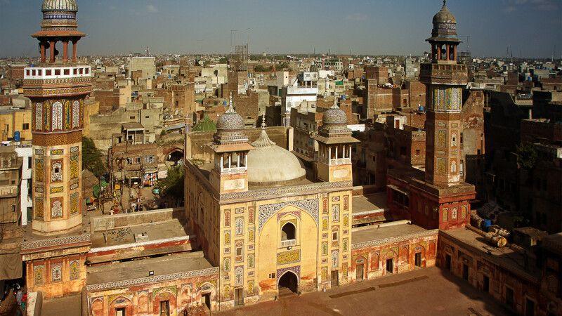 Die Wazir-Khan-Moschee liegt mitten im Getümmel der Bazarstraßen. Mit etwas Glück darf man auch auf eines der Minarette steigen. © Diamir