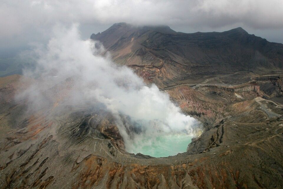 Der Krater des Naka-dake im Aso-Kuju-Nationalpark