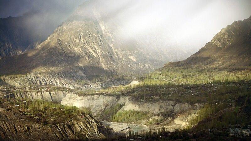 Fantastische Wolkenstimmung im Hunza-Tal. © Diamir