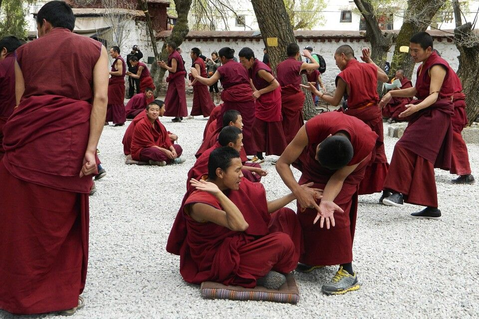 Debattieren der Mönche im Kloster Sera