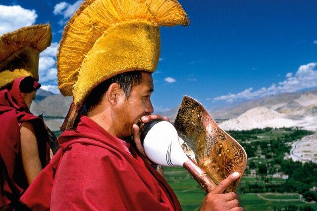 Mönche blasen das Muschelhorn