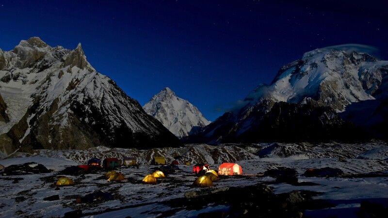 Das Lager am Konkordiaplatz bei Nacht. © Diamir