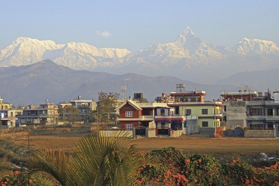 Pokhara mit Annapurna Himal im Hintergrund