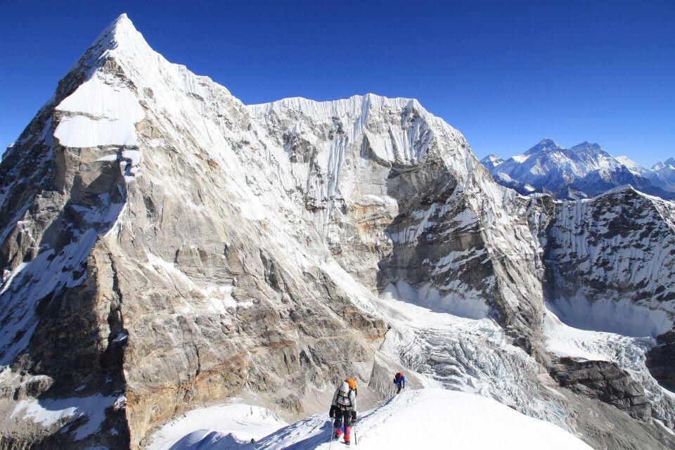 Für den Gipfelgang benötigt man einen Hüftgurt, Steigeisen und Pickel.