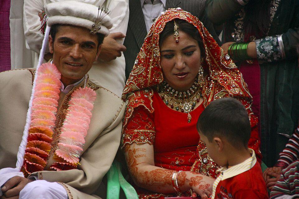 Wenn man etwas Glück hat, wird man Zeuge einer farbenfrohen Hochzeit.