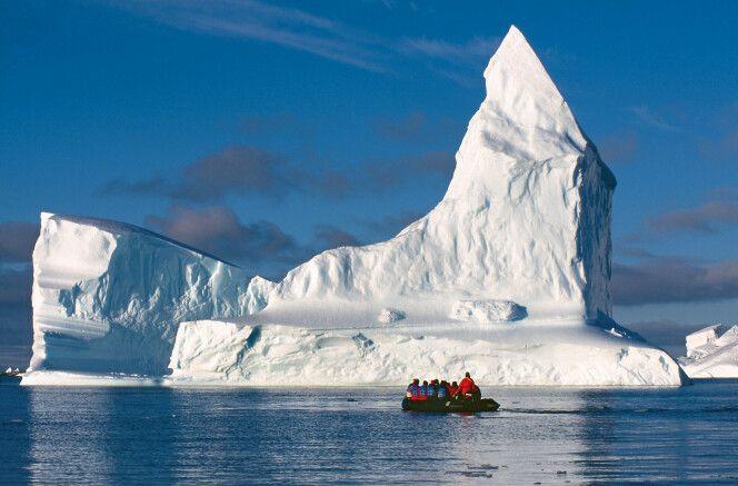 Zodiactour vor einem gewaltigen Eisberg