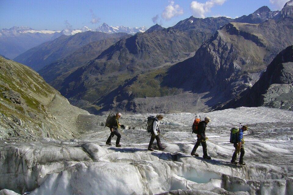 Angeseiltes Überqueren des Gletschers.