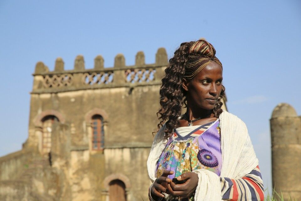 Frau vor Palast in Gondar