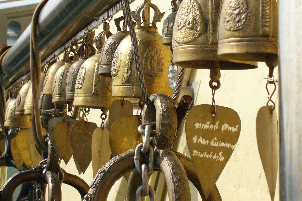 Glocken im Tempel mit Wünschen und Gebeten