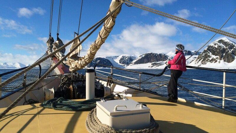 Arktis zum Genießen: Ein Morgen an Deck der Antigua © Diamir
