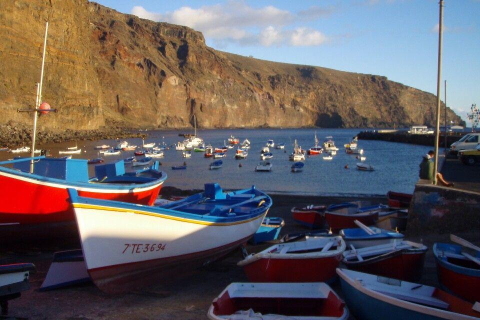 Steilküste mit Booten