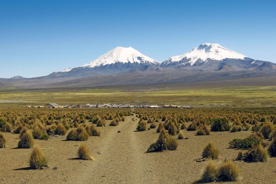Zwillingsvulkane Parinacota und Pomerape mit Ort Sajama