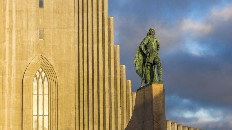 Die Statue von Leif Eriksson vor der Hallgrimskirkja in Reykjavík © Diamir