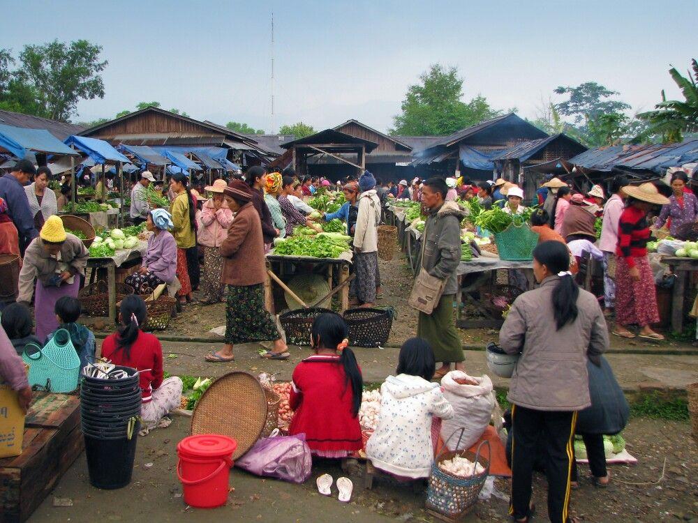 Buntes Treiben auf dem Markt in Putao