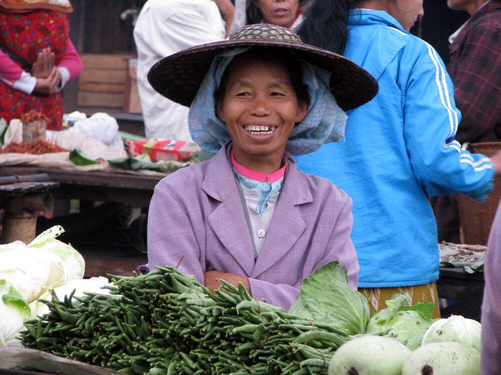 Gemüseverkäuferin auf dem Markt