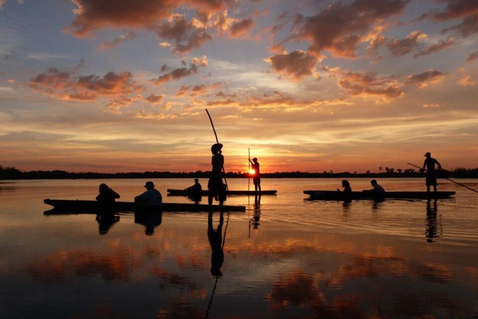 Sundowner-Bootsfahrt im Okavango-Delta