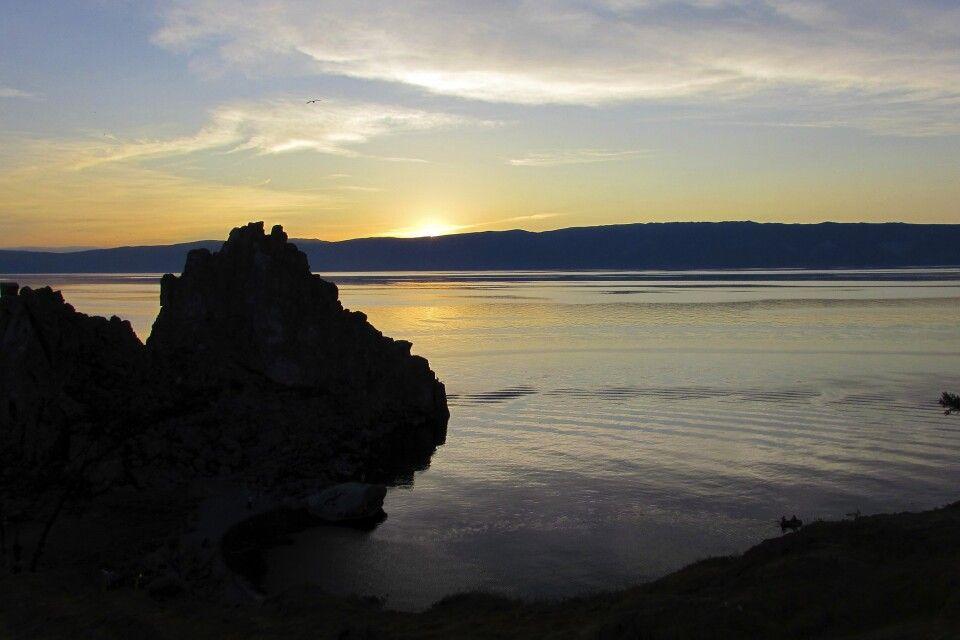 Sonnenuntergang am Schamanenfelsen am Kap Burchan auf der Halbinsel Olchon in Chuschir