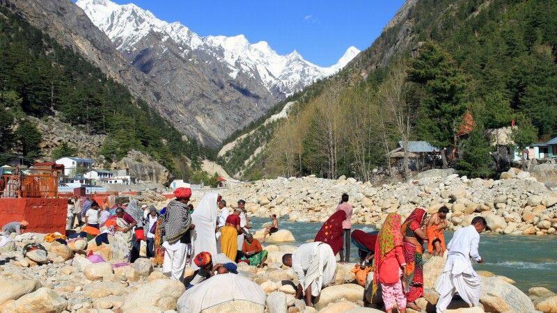 Heiliges Waschungsritual am Ufer das Baghirati im Pilgerort Gangotri © Diamir