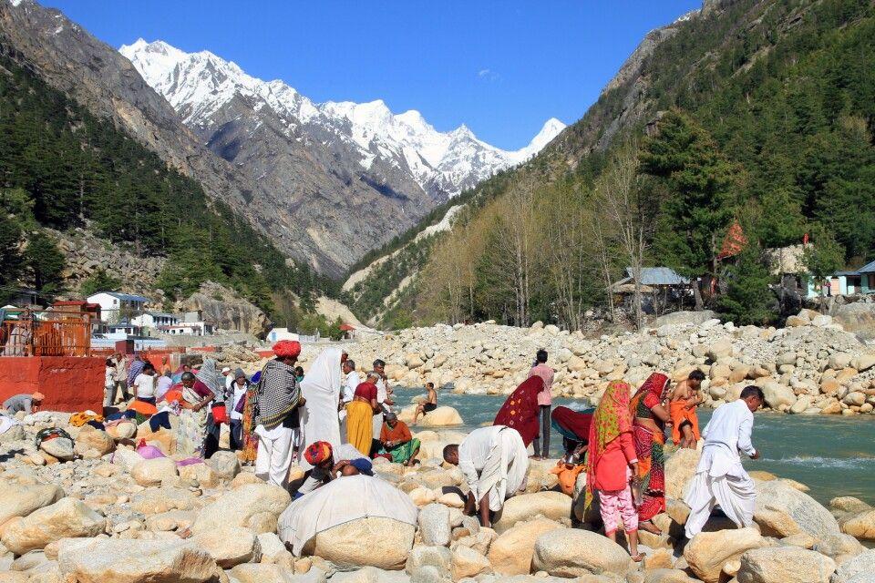 Heiliges Waschungsritual am Ufer das Baghirati im Pilgerort Gangotri