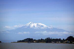 Blick über den Süßwassersee aus Puerto Varas zum kegelförmigen Vulkan des Calbuco