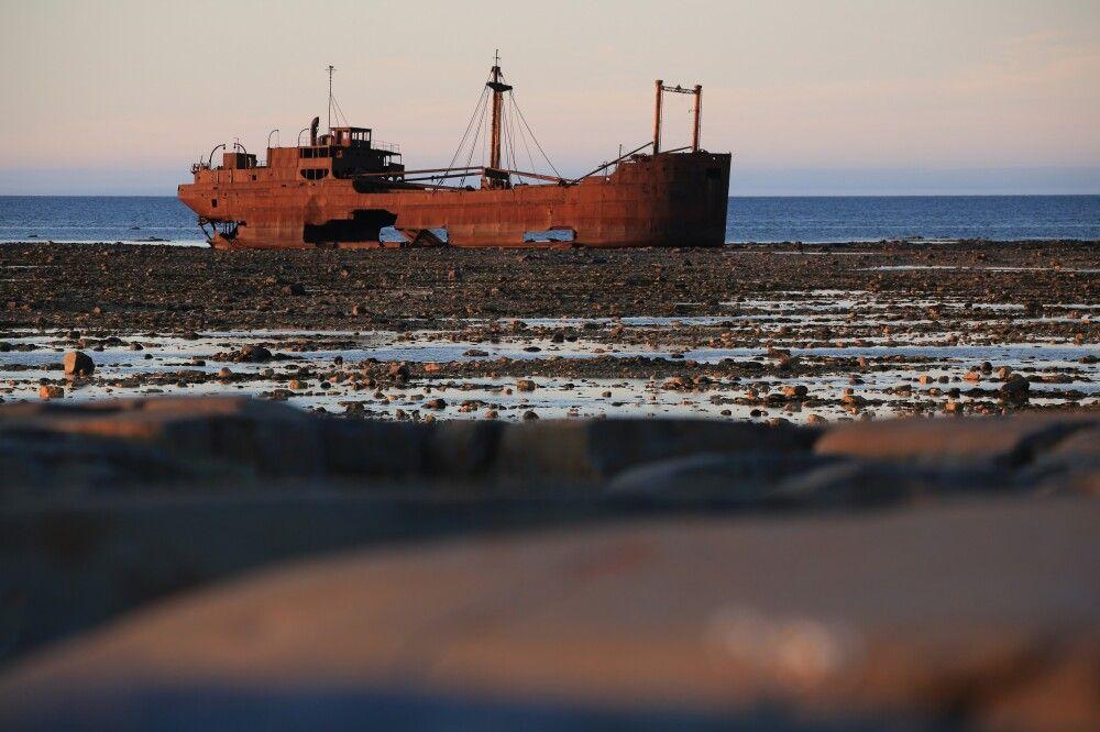 Schiffswrack MS Ithaca im Abendlicht mit unscharfem Vordergrund