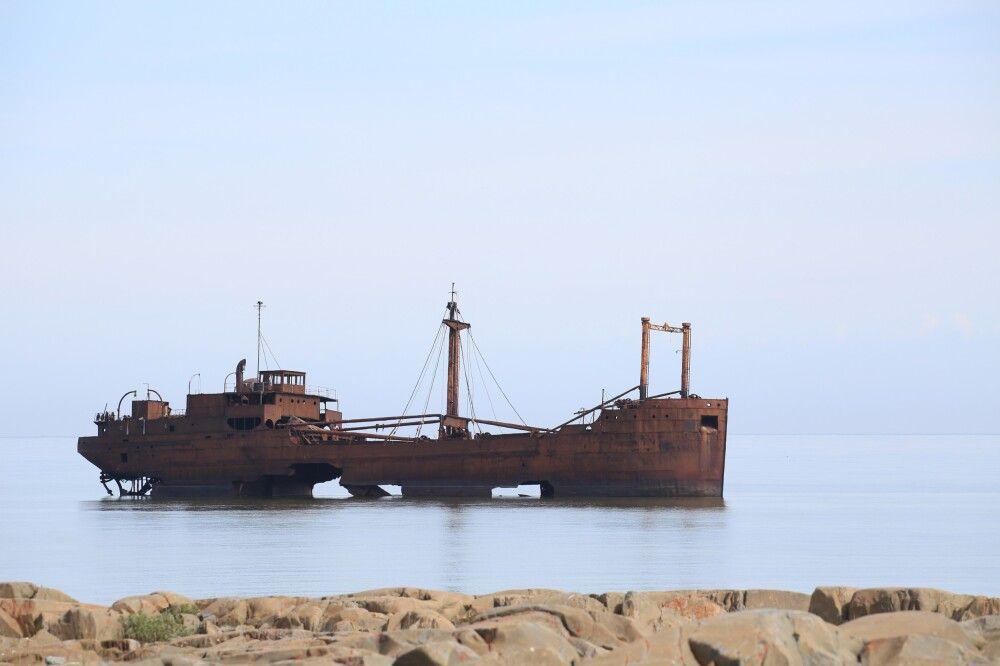 Schiffswrack der MS Ithaca bei ruhiger See
